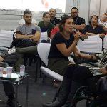 Daniela Auler, ao microfone, fala sobre o mercado consumidor de pessoas com deficiência