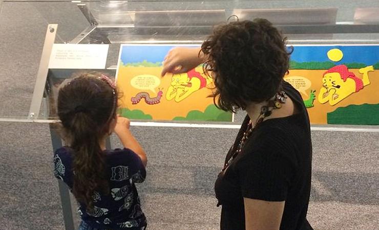 Criança visitando exposição no Memorial da Inclusão