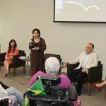 Dra. Linamara fala ao microfone no lançamento do DIVERSOS - LIVROS ACESSÍVEIS E INCLUSIVOS