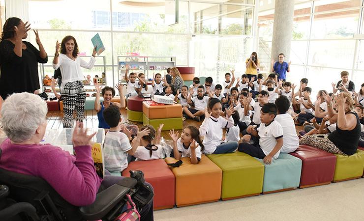 A escritora Lia Crespo se reúne com crianças na Biblioteca de São Paulo