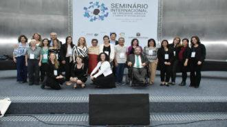 Foto dos palestrantes do Seminário no palco.