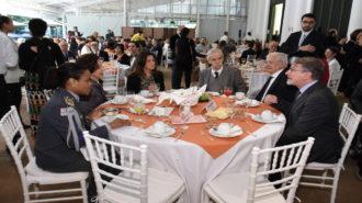 Mesa com as autoridades convidadas para o evento. A Dra. Linamara Rizzo Battistella (Secretária de Estado dos Direitos da Pessoa com Deficiência) e a Profª Lúcia França (Primeira-dama do Estado de São Paulo) tomando café com outros convidados e conversando.