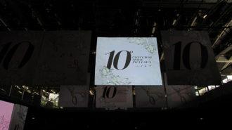 Foto do banner de divulgação do concurso. O banner conta com a frase 10º Concurso Moda Inclusiva, imagens de flores e os símbolos das deficiências auditiva, física e visual.