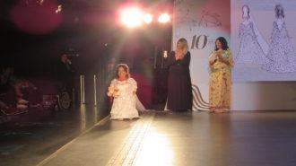 Foto de modelo desfilando com vestido de noiva.