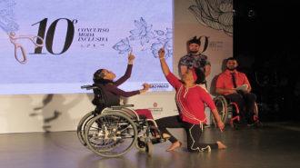 Foto de mulher dançando com jovem com deficiência física.