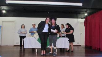 Foto de uma usuária com certificado na mão, ao lado da técnica Alexandra.