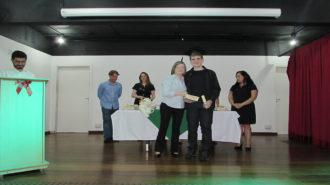 Foto de um usuário com certificado na mão, ao lado da técnica Cristina.