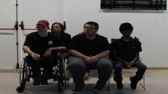 Foto de cinco adolescentes do curso Laboratório de Imagem sentados em cadeiras pretas.