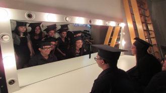 Foto de adolescentes sentados em frente ao espelho.