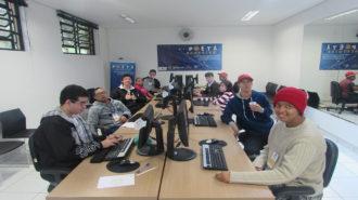 Foto de dez usuários sentados em frente aos computadores.