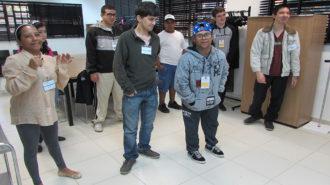 Foto de oito usuários, em pé, olhando para a câmera.