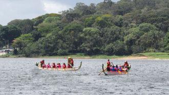 Foto de dois barcos Dragon Boat na Represa Guarapiranga.