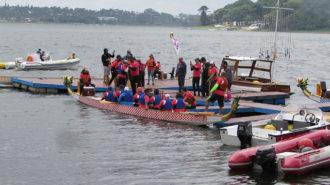 Foto de um barco Dragon Boat chegando no píer do Yacht Club Paulista.