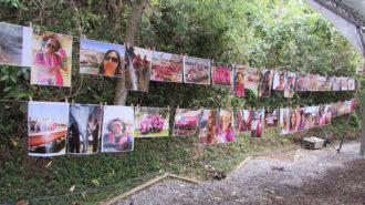 """Foto da exposição """"Divas que remam"""". Dois varais de fotos das remadoras."""