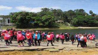 Foto de algumas remadoras jogando as rosas na Represa Guarapiranga.