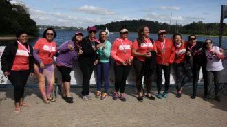 Foto de uma das equipes de remadoras com as medalhas.