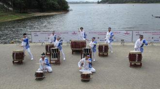 Foto da apresentação do grupo de Taiko.