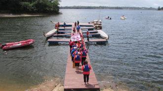Foto de um grupo de remadoras no píer do Yacht Club Paulista na Represa Guarapiranga.