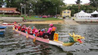 Foto de um grupo de remadoras no barco Dragon Boat.