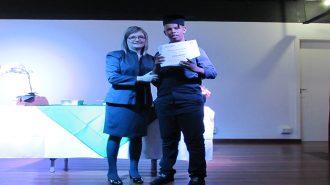 Imagem: usuário com certificado na mão ao lado da técnica Cristina.