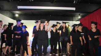 Imagem: usuários comemorando no palco do auditório.
