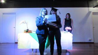 Imagem: usuária com certificado na mão ao lado da técnica Cristina.