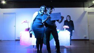 Imagem: usuário com certificado na mão ao lado da técnica Alexandra.