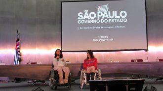 Foto da Célia Leão (Secretária de Estado dos Direitos da Pessoa com Deficiência de São Paulo) e da Izabelle Palma (Gestora do Programa Moda Inclusiva) no palco do auditório da Secretaria.