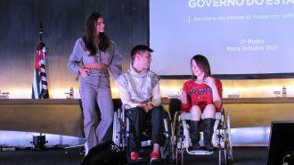 Foto da Izabelle Palma (Gestora do Programa Moda Inclusiva) e dois modelos.