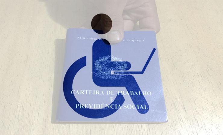 Foto montagem de uma mão segurando uma carteira de trabalho e o ícone da deficiência física