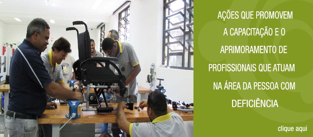 Imagem da oficina. Usuários realizando manutenção em uma cadeira de rodas. Ao lado da imagem tem o texto cursos que promovem a capacitação e o aprimoramento de profissionais que atuam na área da pessoa com deficiência.