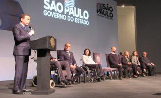Ao microfone, o governador de São Paulo e ao fundo Secretários de Estado.