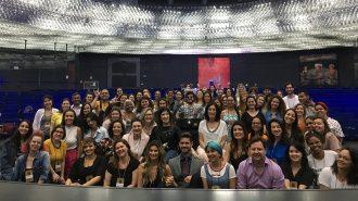 Imagem da Secretária Célia Leão, alguns assessores e alunos do curso de Moda Inclusiva – Módulo Criação olhando para câmera e sorrindo.