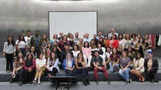 Imagem da Secretária Célia Leão, alguns assessores e alunos do curso de Moda Inclusiva – Módulo Negócios no palco do auditório da Secretaria de Estado dos Direitos da Pessoa com Deficiência de São Paulo.