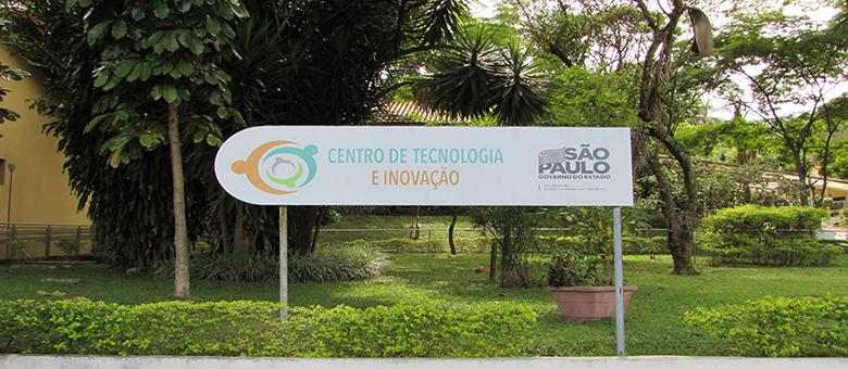 Imagem da placa do Centro de Tecnologia e Inovação e a Secretaria de Estado dos Direitos da Pessoa com Deficiência de São Paulo