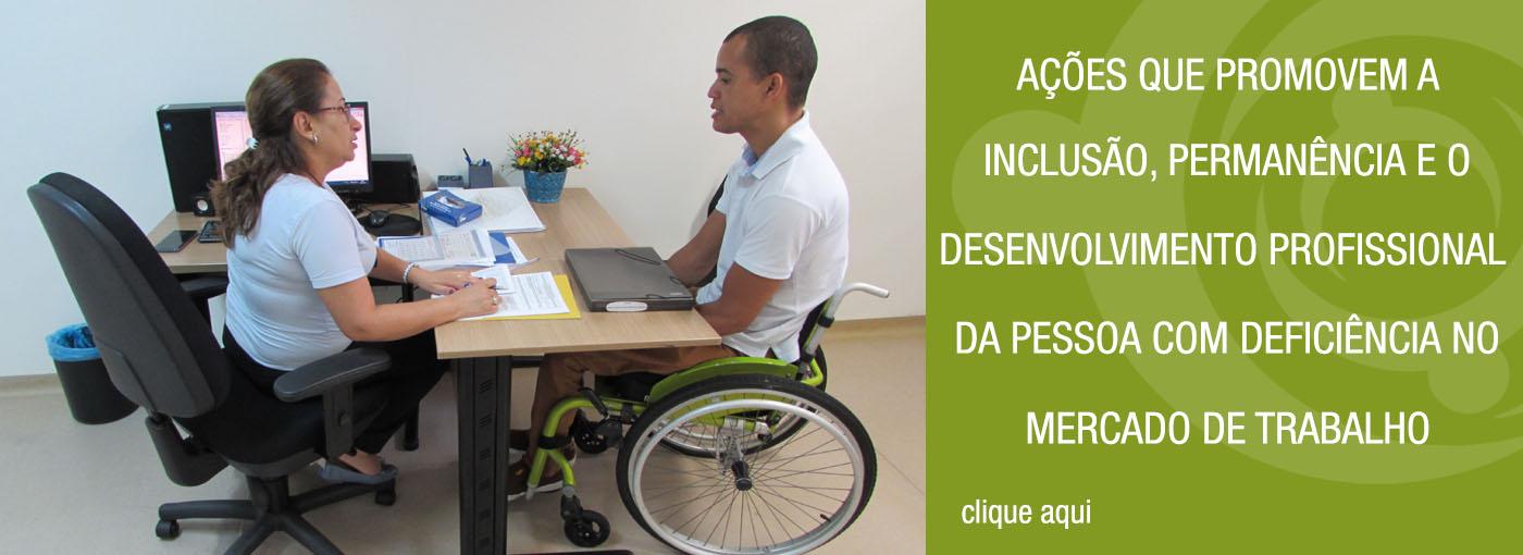 Foto da entrevista do Programa Meu Emprego Trabalho Inclusivo. A assessora e um candidato cadeirante. Ambos estão sentados e próximos a uma mesa. Ao lado da imagem, tem uma arte verde com o texto: Ações que promovem a inclusão, permanência e o desenvolvimento profissional da pessoa com deficiência no mercado de trabalho.