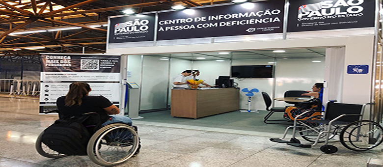 Mulher cadeirante em frente ao Centro de Informação à Pessoa com Deficiência