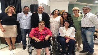 A Secretária Célia Leão, a Secretária Executiva Aracélia Costa e outros participantes da aula aberta de moda inclusiva.