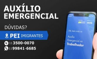 """Imagem de uma mão segurando celular, na tela a página do Auxílio Emergencial ao Trabalhador. Ao lado da mão o texto """"Dúvidas? PEI Imigrantes Tel.: 11 3500-0070 WhatsApp: 99841-6685""""."""