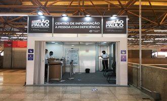 Imagem de três atendentes no Centro de Informação à Pessoa com Deficiência na Estação Tatuapé do Metrô